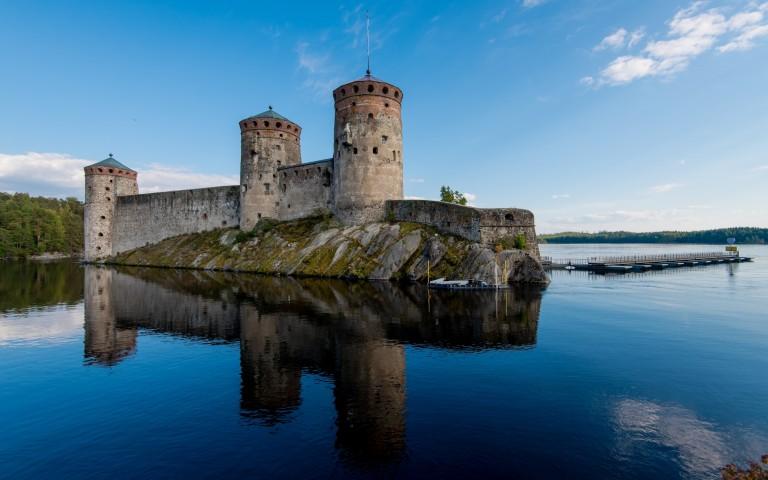 Burg Olavinlinna thront mächtig im Strom vor Savonlinna