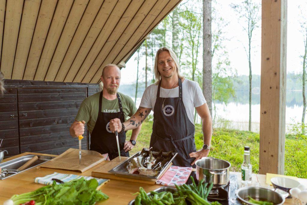 Ilkka Arvola ja Sami Kuronen kokkaavat haukea.