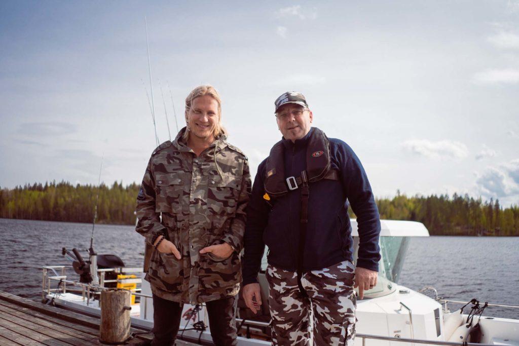 Sami Kuronen ja kalaopas Mika Kärkkäinen.