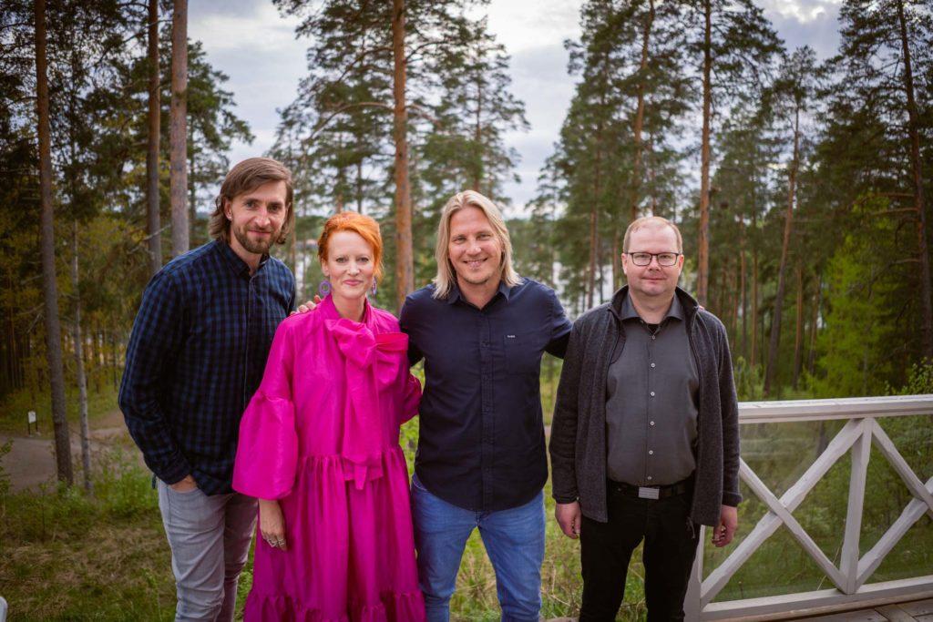 Tero Vänttinen, Saimi Hoyer, Sami Kurone ja Janne Tynkkynen Hotelli Punkaharjun terassilla.