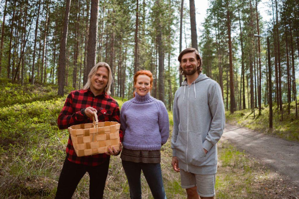 Sami Kuronen, Saimi Hoyer ja Tero Vänttinen Punkaharjun metsässä.