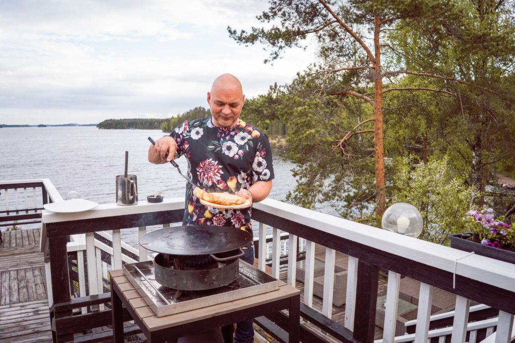 Janne Kuivalainen paistaa lettuja Sahanlahdessa.