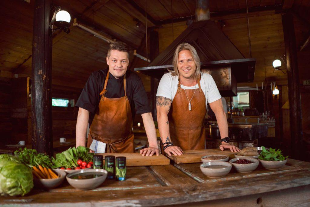 Pasi ja Sami Kuronen kokkaavat Sahanlahdessa.