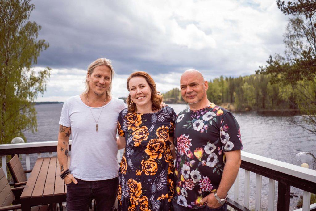 Sami Kuronen ja Sahanlahden isäntäpari.