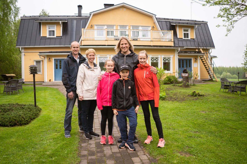 Sami Kuronen ja Björnin perhe Lomamokkilassa.
