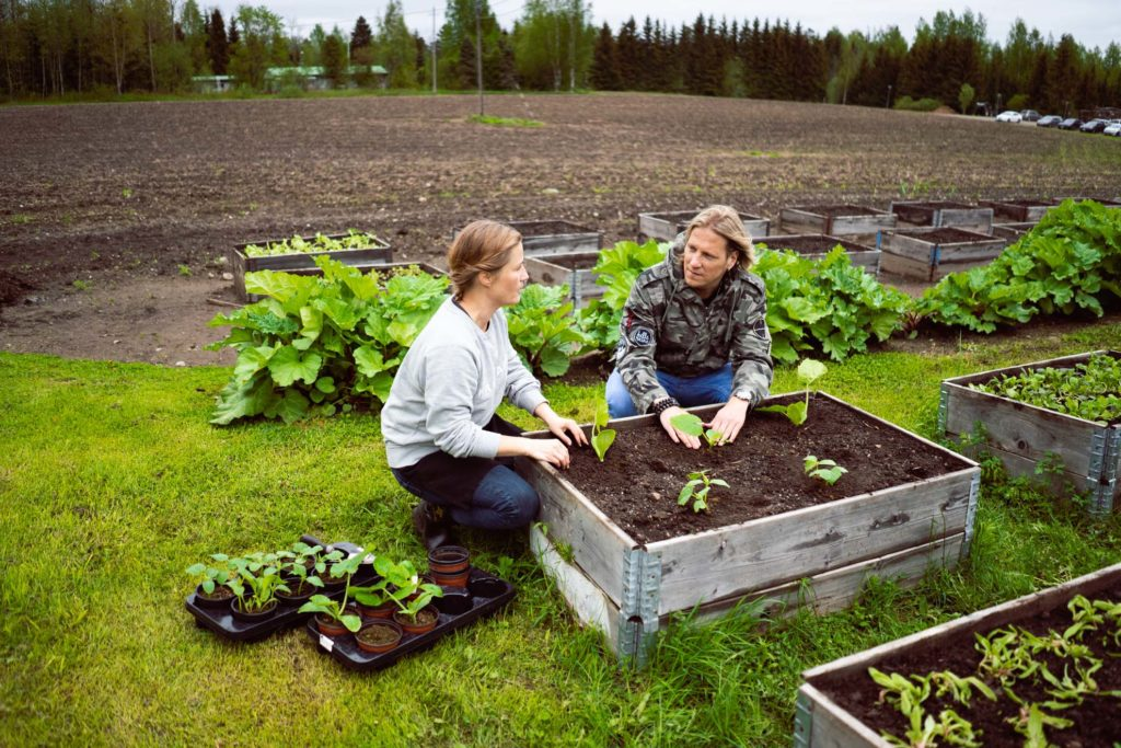 Tertin kartanon puutarhuri ja Sami Kuronen.