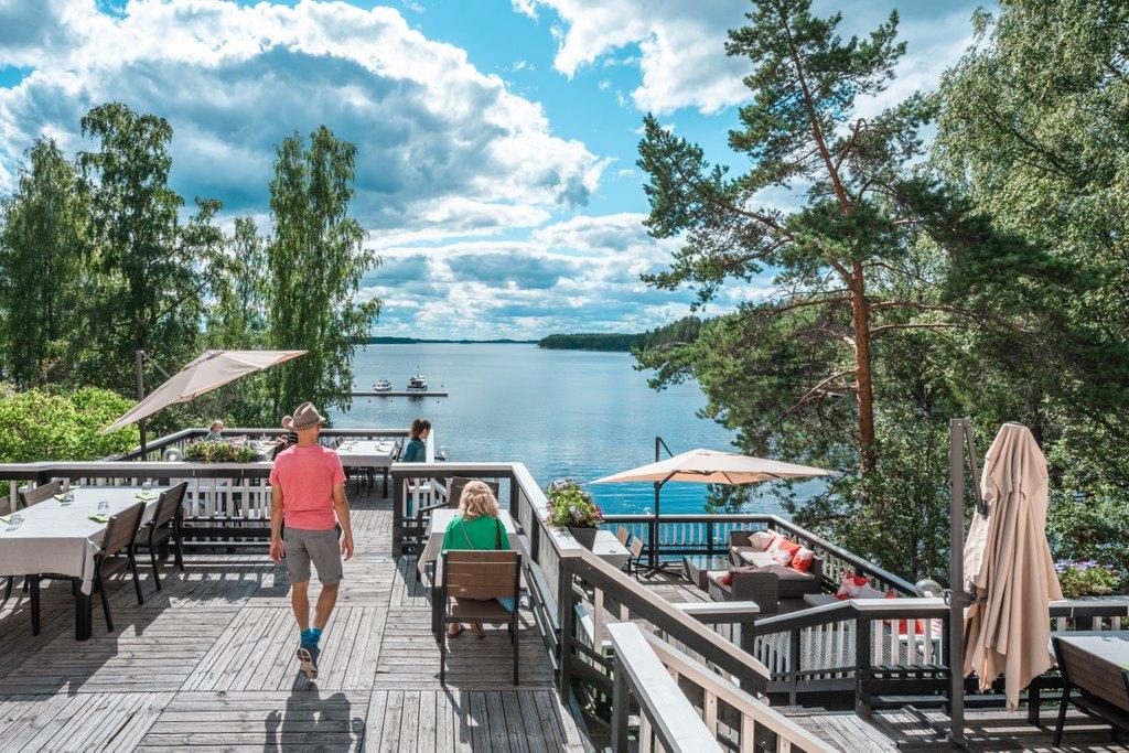 Näkymä Saimaalle Sahanlahden Rantamakasiinin terassilta.