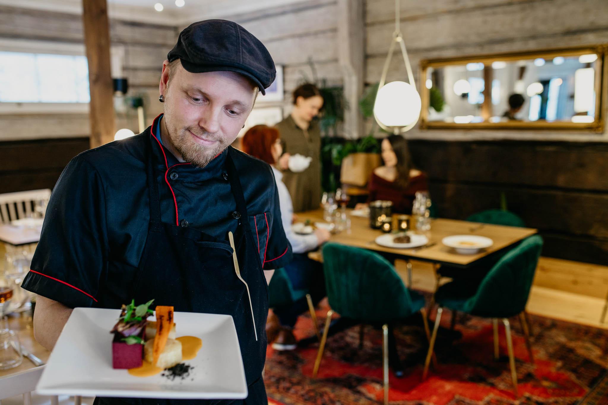 TeaHouse Bistron keittiömestari ja ruoka-annos.